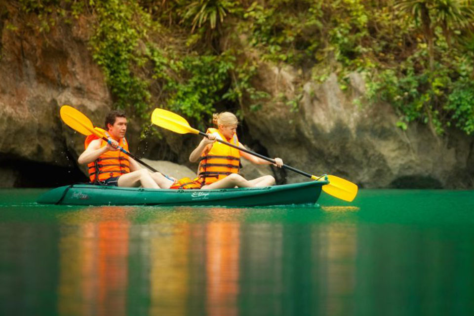 kayakking-halong-imperial-legend-cruise-2-days-1-night-2