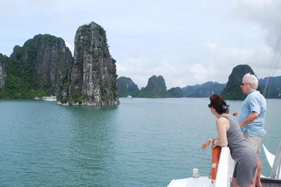 sight-seeing-halong-swan-cruise-3-days-2-nights-1