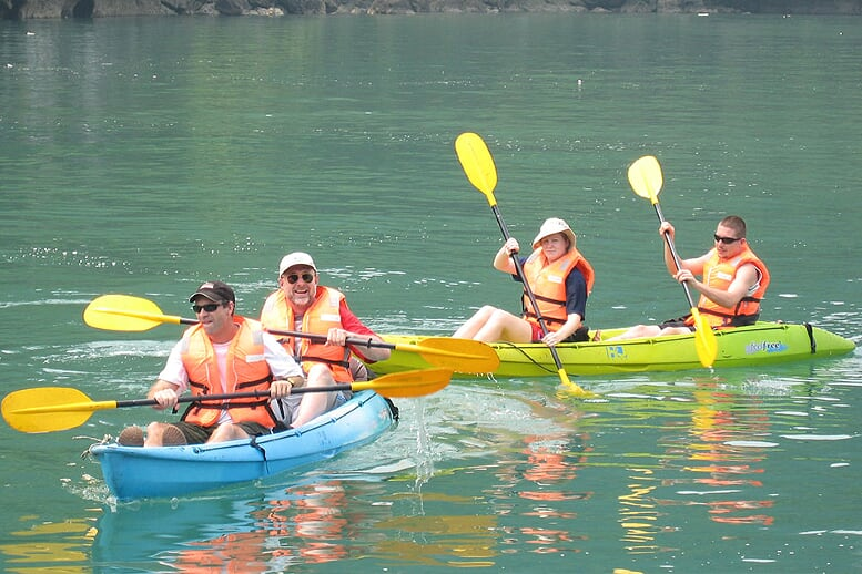 kayaking-dragon-bay-day-cruise