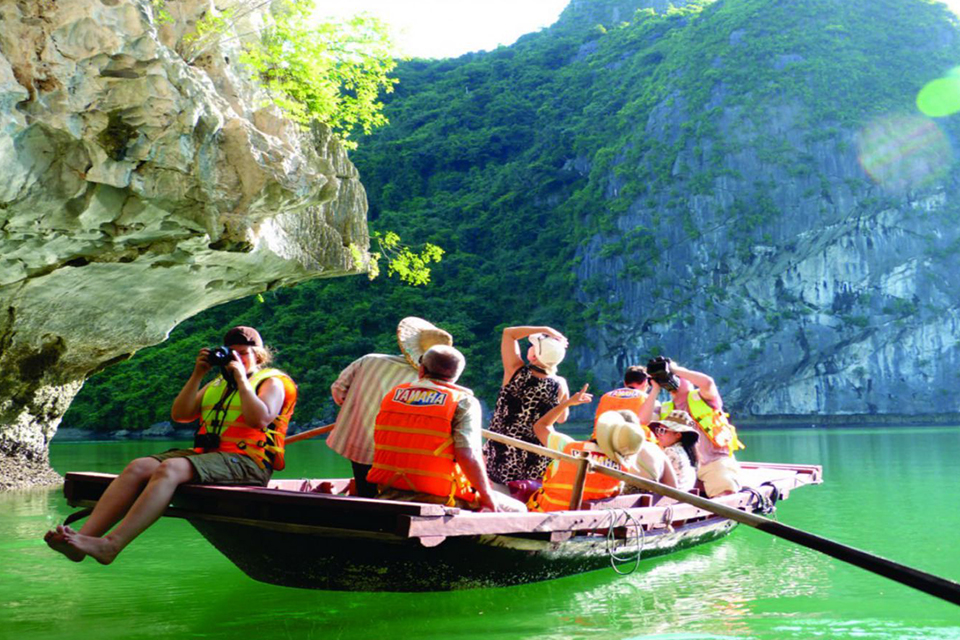 bamboo-boat-visit-cave