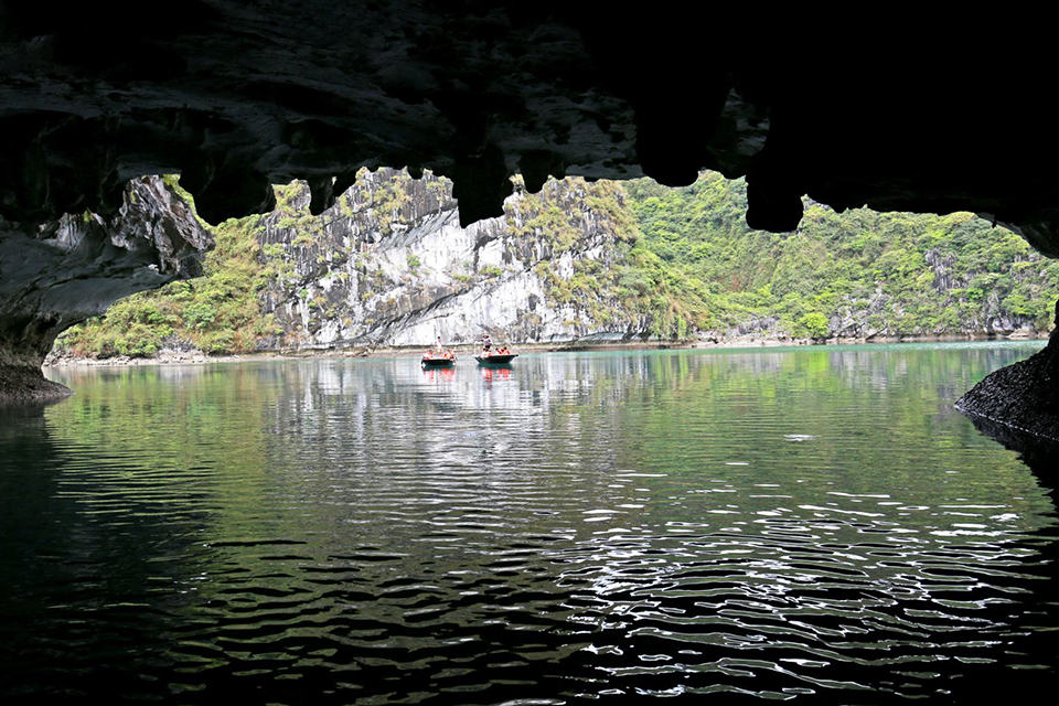 960-dark-bright-cave-entering