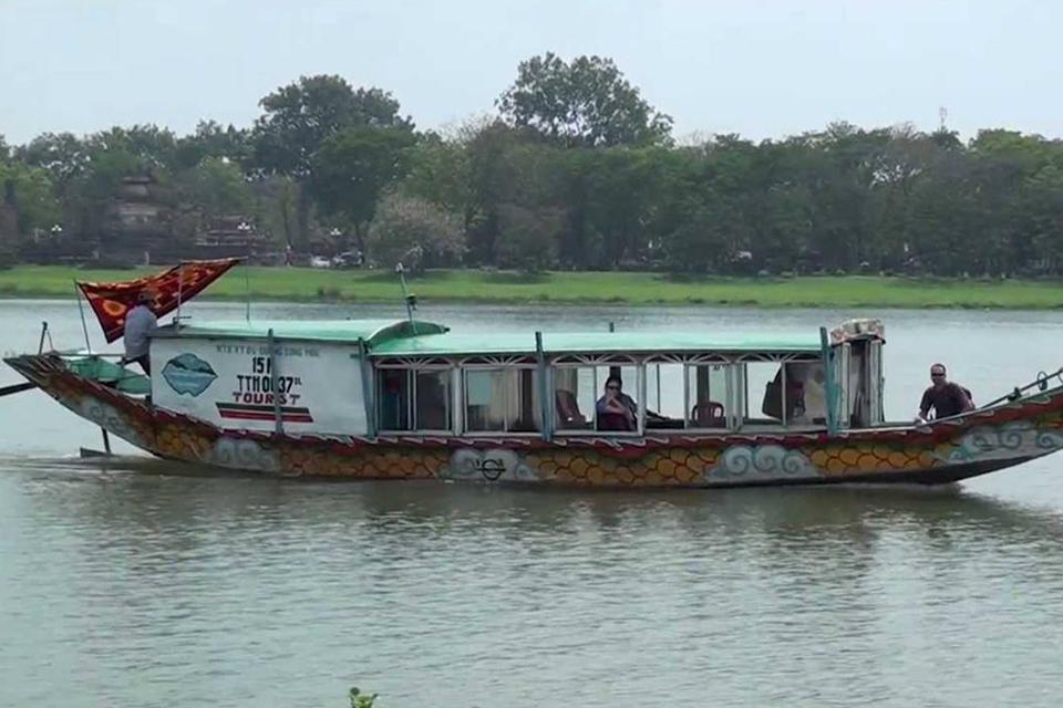 960-dragon-boat-on-perfume-river