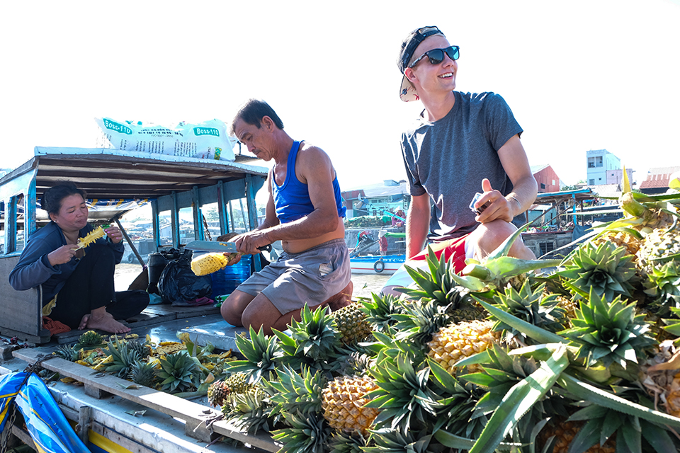 960-enjoy-fruit-in-floating-market