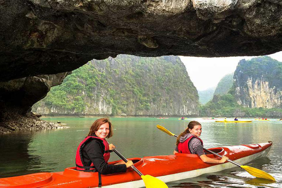 kayaking-halong-bay-halong-full-day-group-5