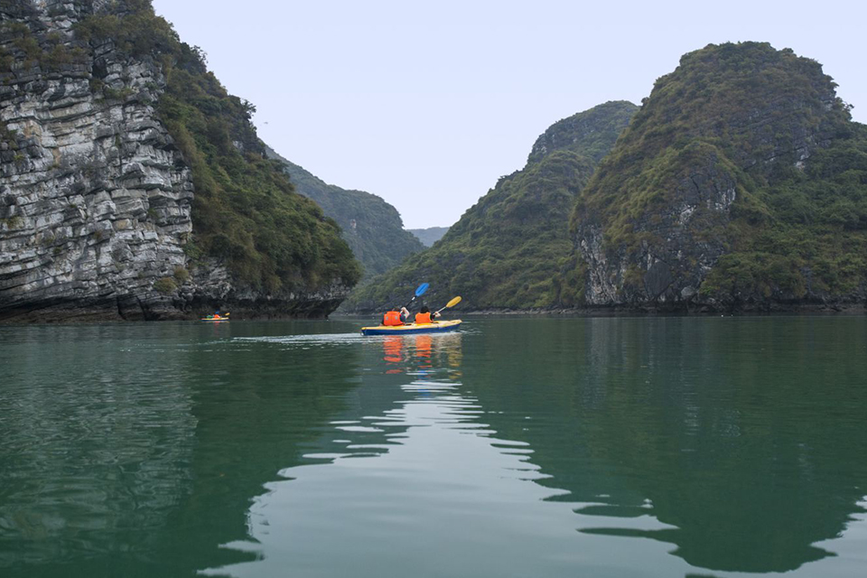 kayaking-in-blue-water-in-lan-ha-bay