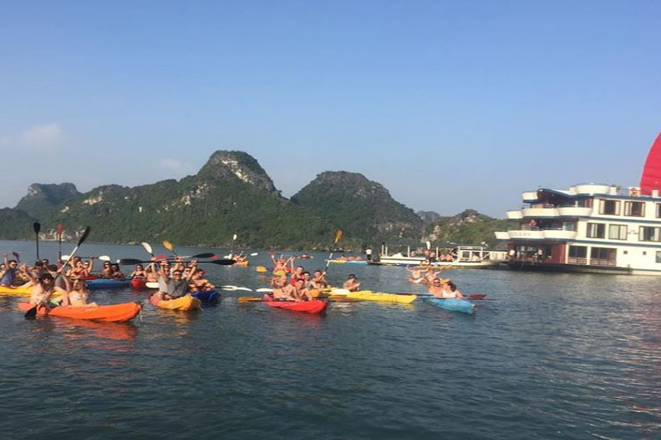 kayaking-oasis-bay-party-cruise-activities