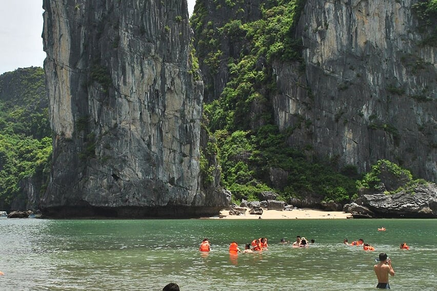 lan-ha-swim-grayline-cruise-3-days-2-nights