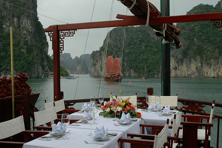 out-side-dinning-room-dragon's-pearl-cruise