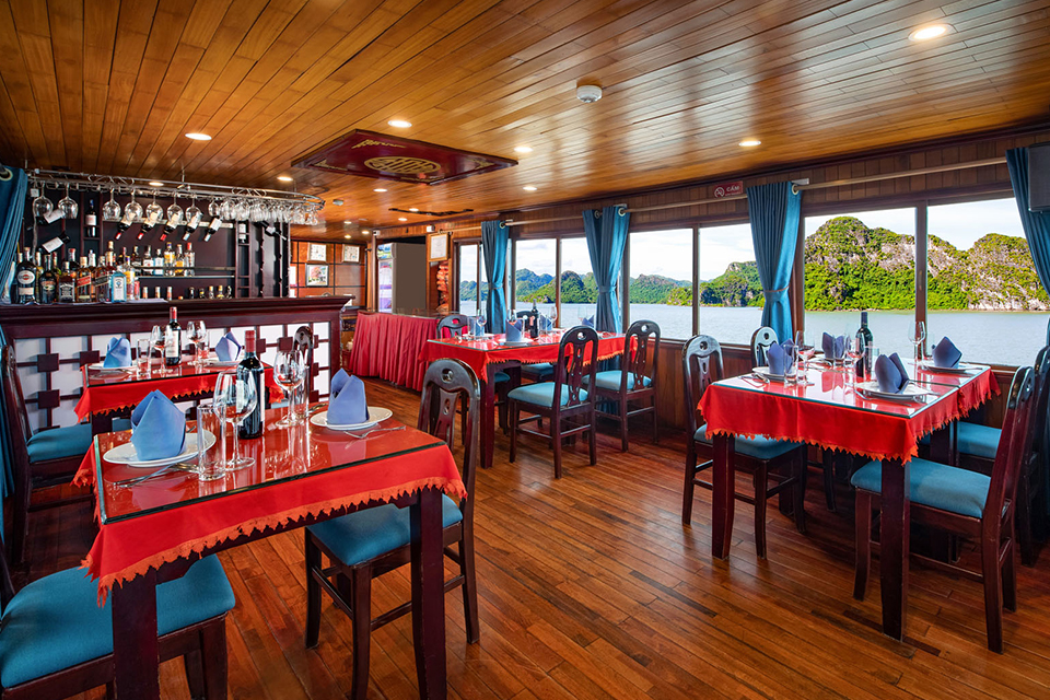charm-legend-cruise-restaurant