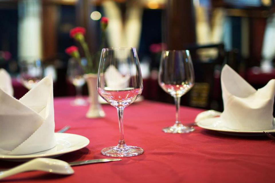 table-setup-restaurant-on-apricot