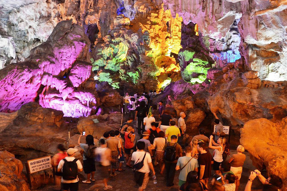 thien-cung-cave-halong-full-day-group-3