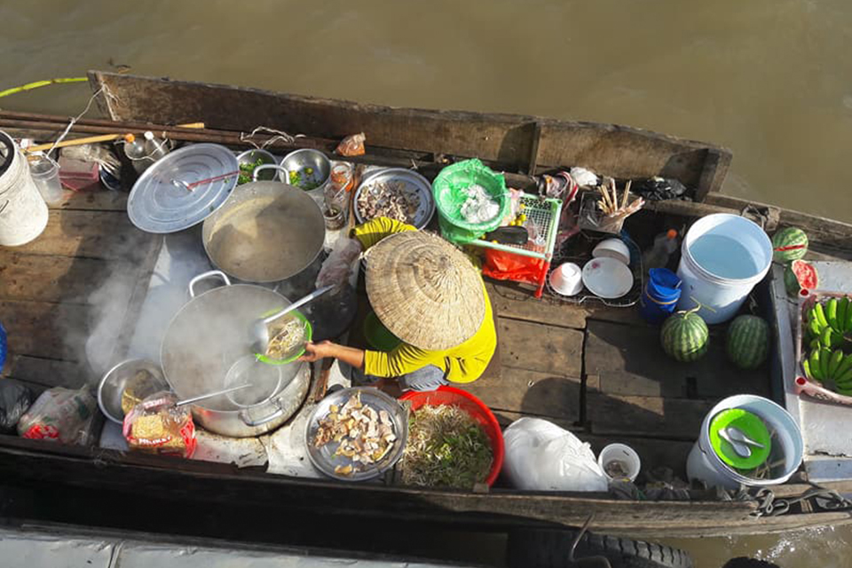 960-food-boat-in-mekong-river