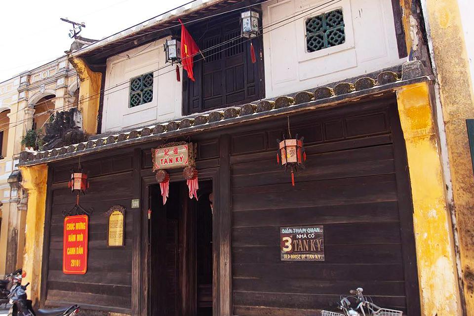 da-nang-hoi-an-cham-island-hue-group-tour-4-days-5