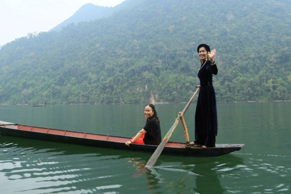 960-bamboo-rafting-on-ba-be-lake