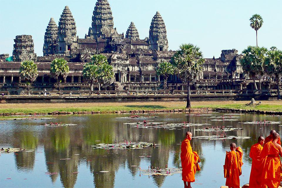 buddhist-monks-in-angkor-wat