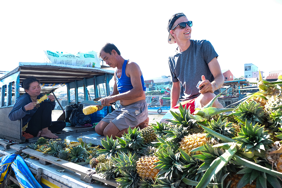 960-enjoy-fruit-in-floating-market