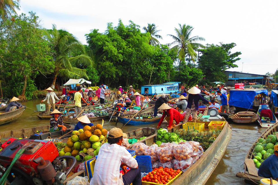 960-floating-market-in-mekong