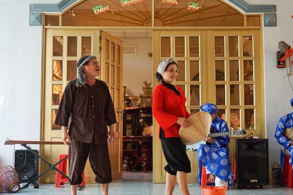 folk-music-show-cai-be-floating-market-tan-phong-island-full-day-group-tour-4