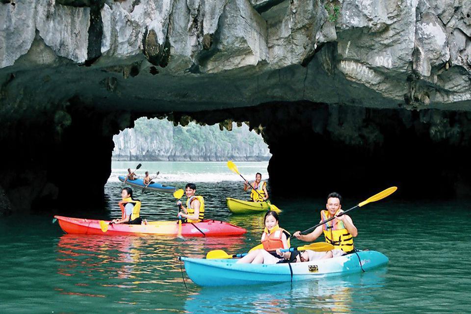 960-kayaking-halong