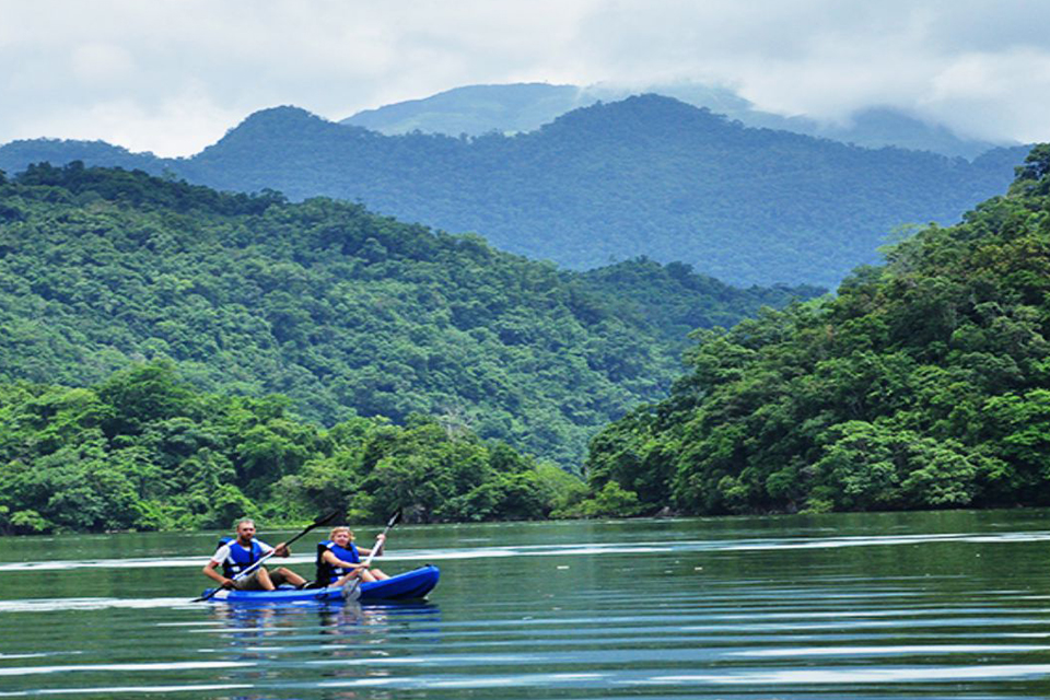 960-kayaking-babe-lake-vietnam