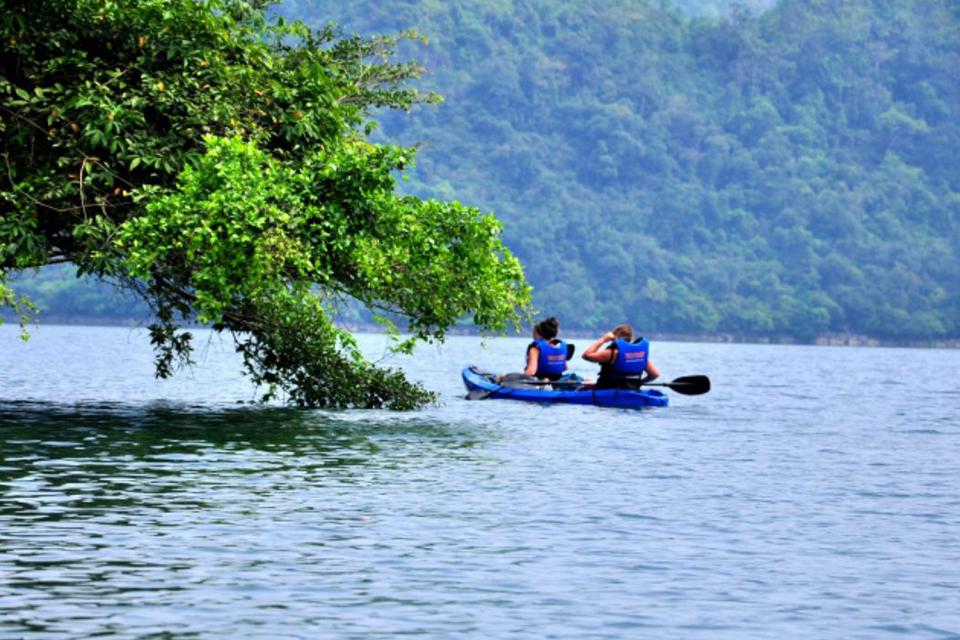 960-kayaking-on-ba-be-lake