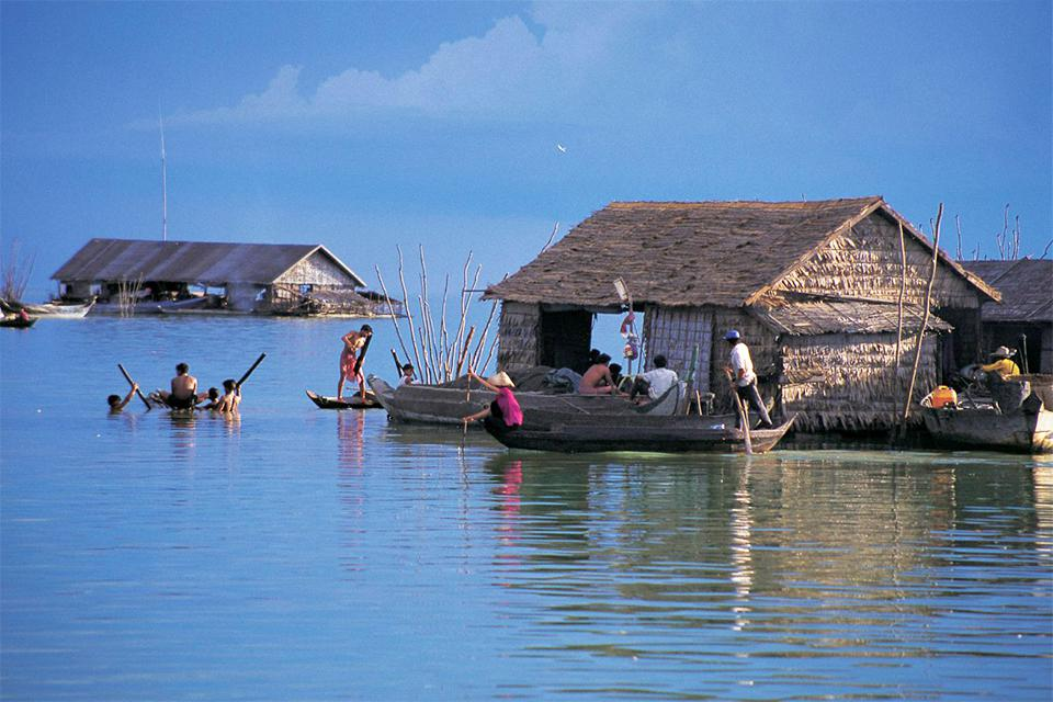 local-floating-village-in-tonle-sap-lake