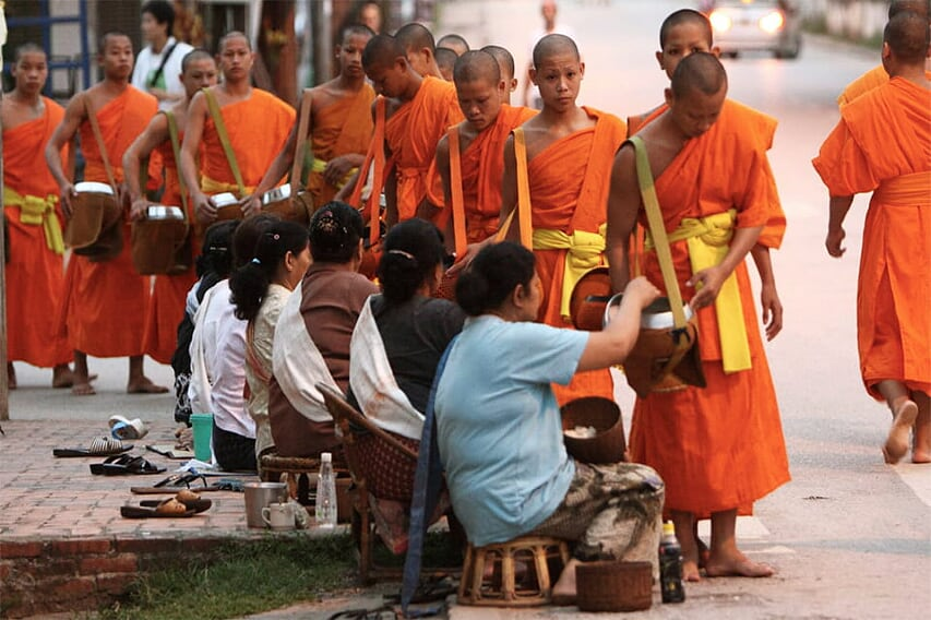 thailand-laos-discovery-23-days-monks-alm-dawn-7