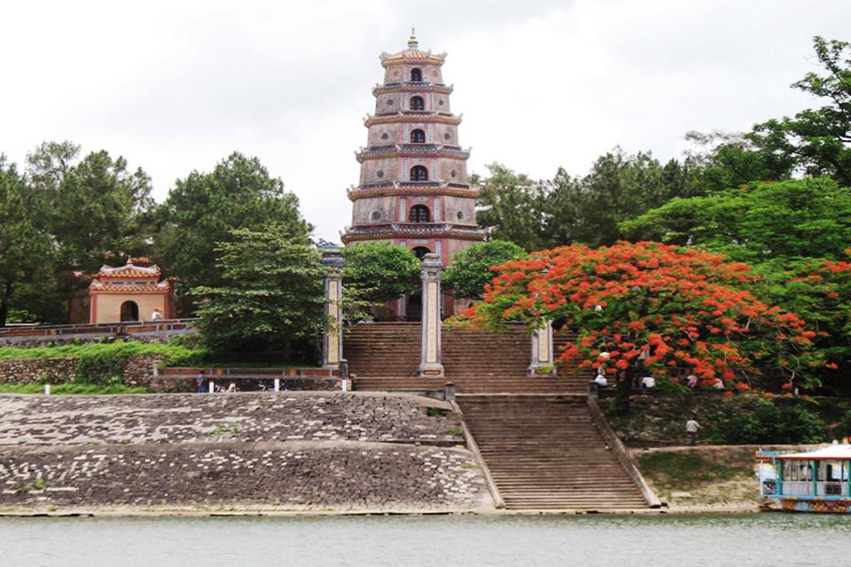 thien-mu-pagoda-on-pefume-river