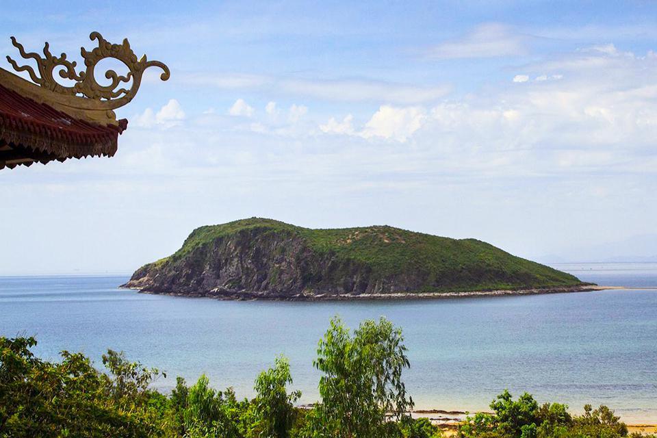 vung-chua-beach-yen-island