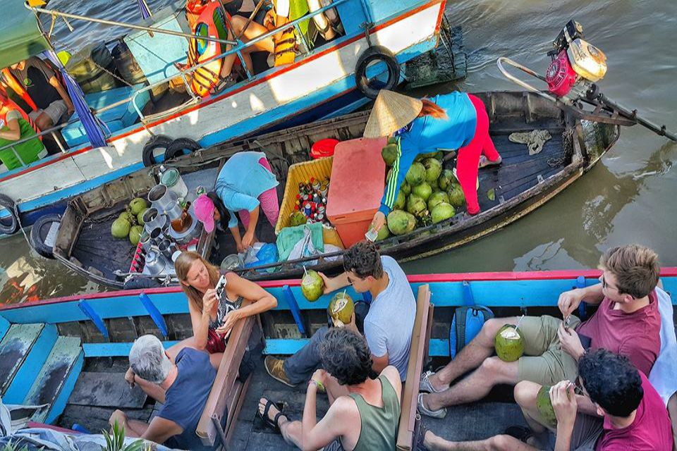 enjoy-local-drink-cairang-floating-market_960