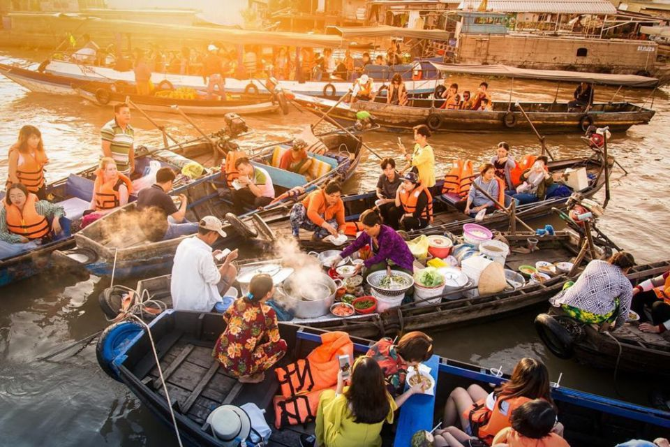 food-boat-in-floating-market