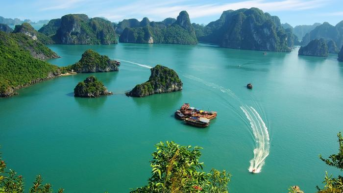 The stunning view of Halong Bay