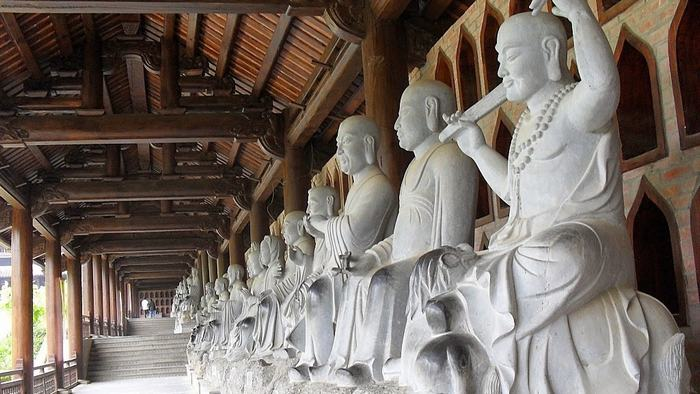 The Buddha statues in the corridor of the pagoda