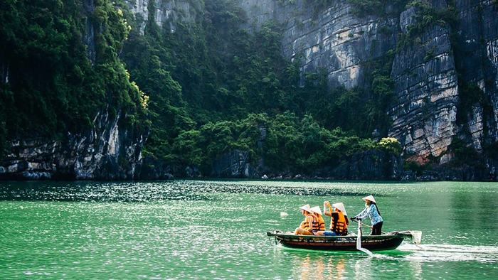 Explore Bai Tu Long Bay by boat