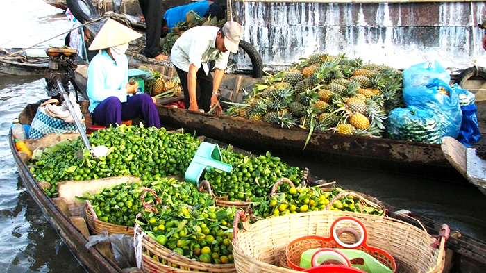 Trading on Cai Be floating market