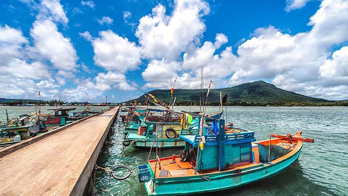 Exploring the interesting life of the fishermen in Phu Quoc by boats