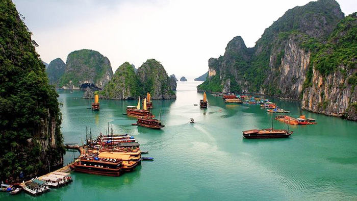 The beauty of Halong Bay (via bemyguest)