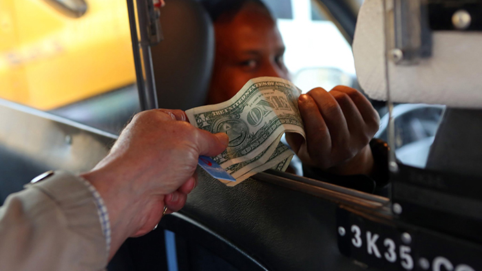 Tipping in a taxi (cityroom.blogs.nytimes.com)