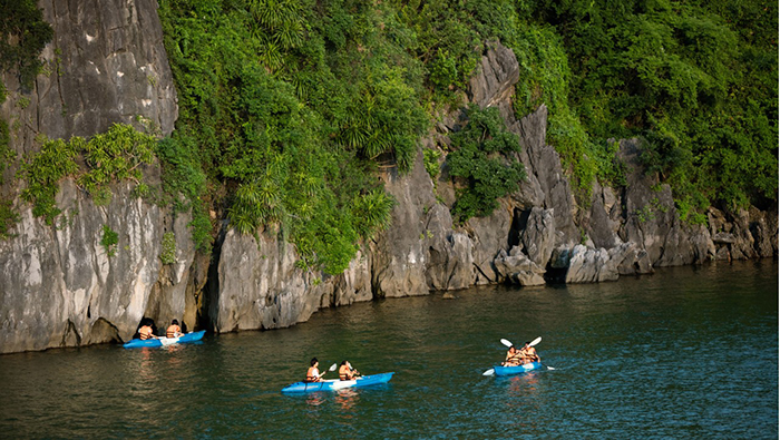Tourists will enjoy an interesting kayak experience in the sea space of Halong