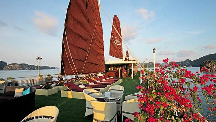 Tourists will be relaxed in the most luxury cruises in Halong