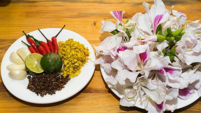 """Ban"" flowers - the interesting ingredient in the bitter bamboo shoot salad (nemtv.vn)"