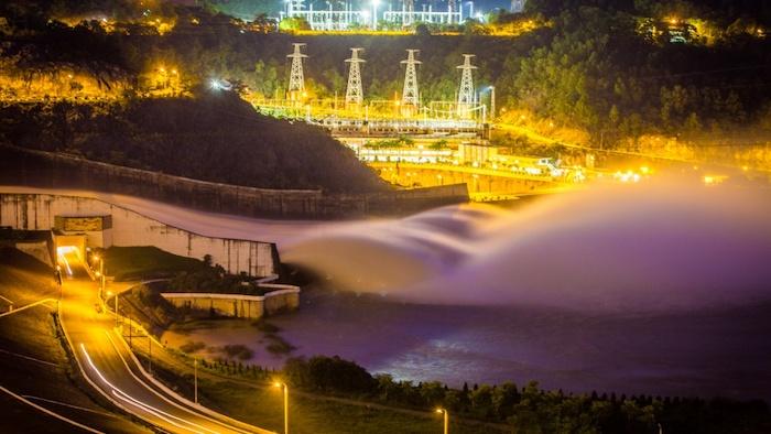 Hoa Binh hydropower plant at night