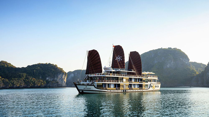 Let's take a cruise ship and travel around Halong Bay