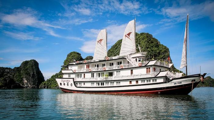 Having a cruise tour on Halong Bay