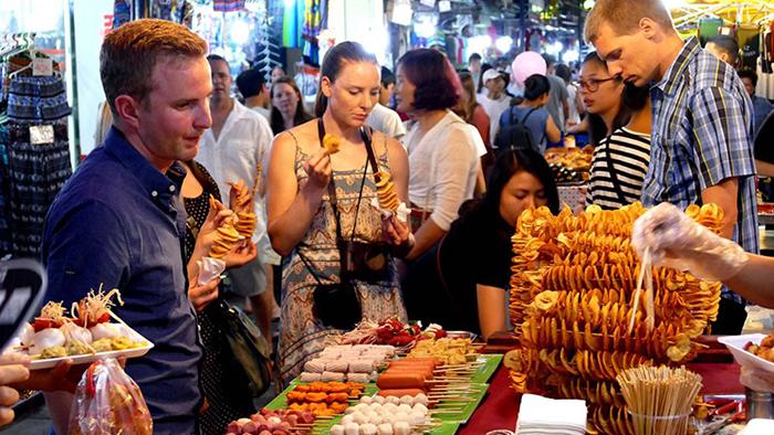 Hanoi night market (tuoitrethudo.com.vn)