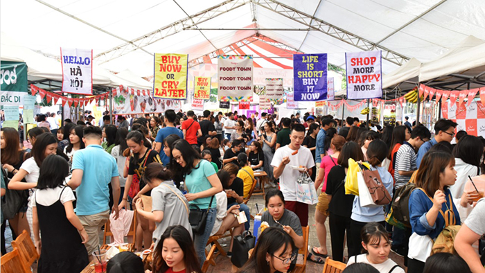 A bustling scene in Hello Weekend Market (news.zing.vn)
