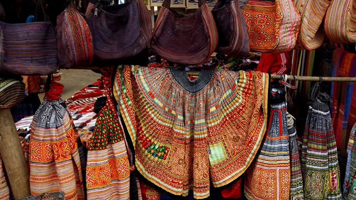 Many bags and skirts full of colors in Bac Ha market (duongphuongdai.blogspot.com)