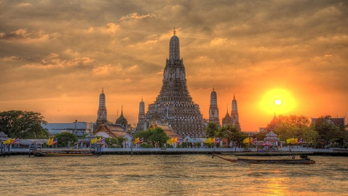 Explore the unique architecture of Wat Arun temple, Thailand
