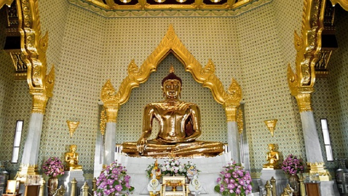 Explore the world's largest solid Gold Buddha image in Wat Traimit