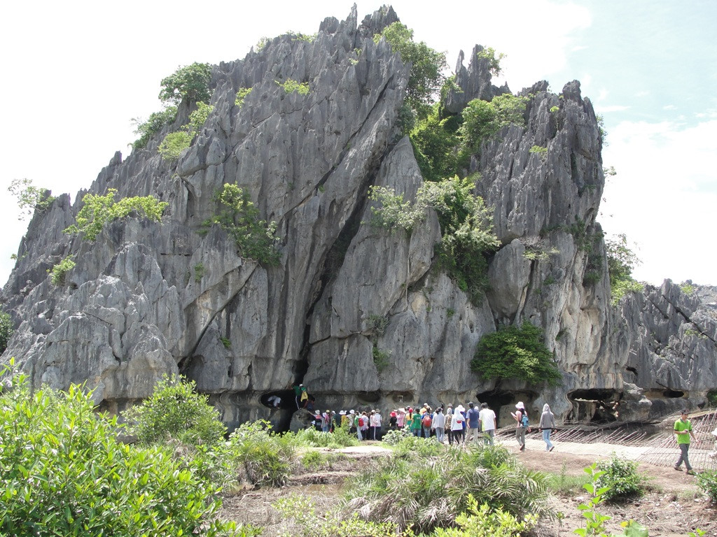 Explore mysterious caves in Da Dung mountain